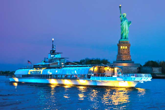 Bateaux New York ship sailing past the Statue of Liberty